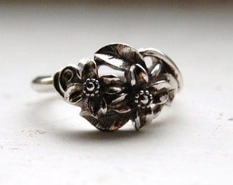 Vintage 1970s AVON Dainty Flower Ring