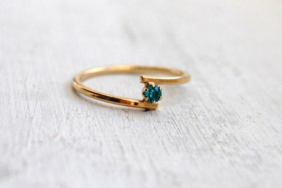 Vintage 1979 AVON Emerald Birthstone Stackable Ring