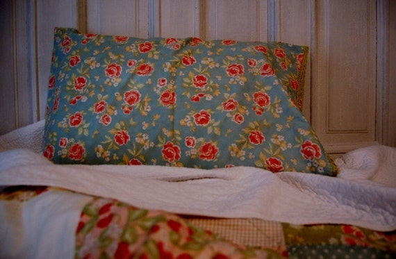 Strawberry fields pillowcase with crocheted edge