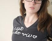 """French Quote """"C'est La Vie"""". MEDIUM Organic Cotton Unisex T-shirt in Coal"""