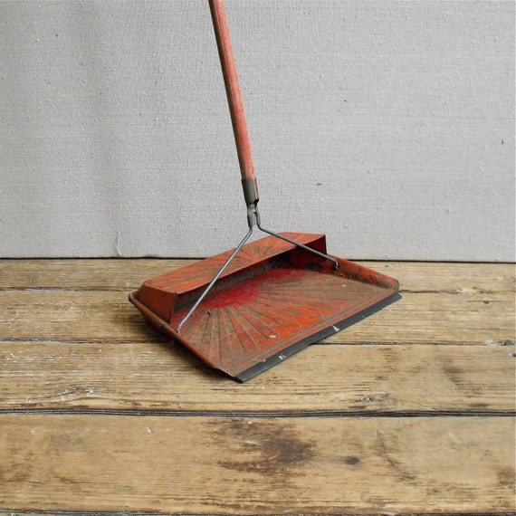 Vintage Hanging Dust Pan : Long Handled Spring Cleaning