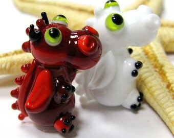 "SMAUGGS little baby-dragon ""Devils and Angels"" (2p, 22mm x 15mm x 15mm), glass, red, white, green, hole 2mm"