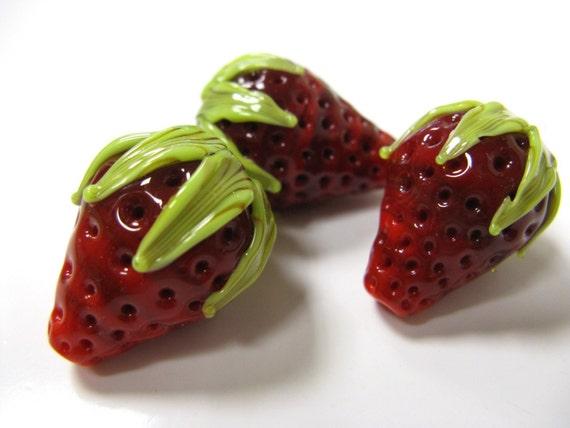 SMAUGGS handmade strawberry, big (1p, 20mm x 17mm), glass, red, green, hole 2mm, SRA