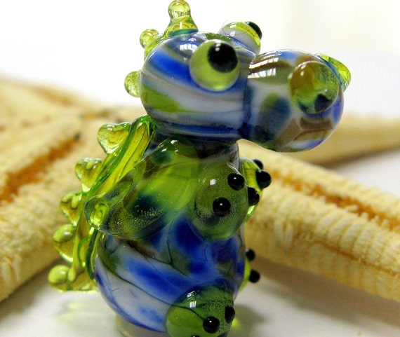 SMAUGGS little baby-dragon (1p, 22mm x 15mm x 15mm), glass, blue, green, hole 2mm