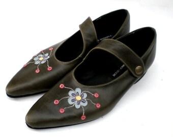 khaki leather shoes with flower applique