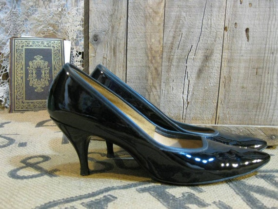 Vintage 50s Black Patent Leather High Heels 7 1950s shiny pointy toes