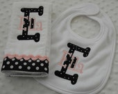 Personalized BiB and BuRP CLoTH SET with appliqued initials AND embroidery with baby's name in PiNK and BLaCK