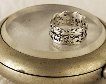 Tiny Crown Lace Ring