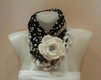 Knitted Spotted neckwarmer..Black-white