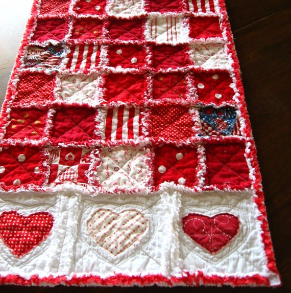 Valentine 39 s day quilted table runner with appliqued hearts for Diy valentine table runner
