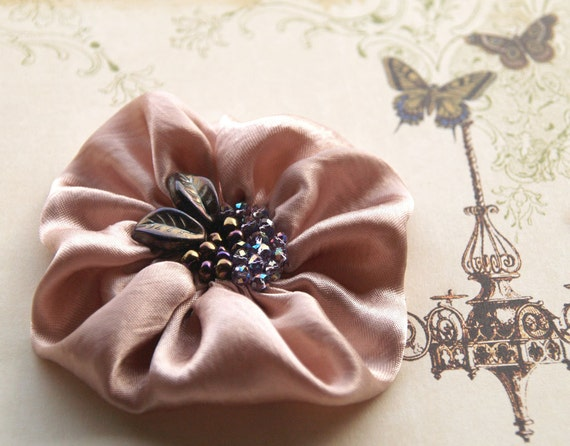Silk flower brooch in dusty pink with leaves