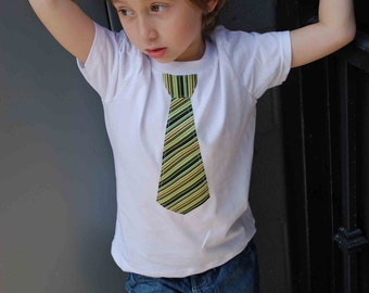 WHITE  fine Jersey T-shirt with  Metro green stripes NECKTIE appliqué  neck tie appliqué ......  TRENDY kids shirt