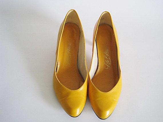 mustard faux leather vintage pumps 8.5
