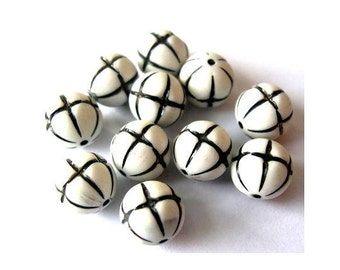 15 beads, 10mm,  vintage, white with black pattern, plastic