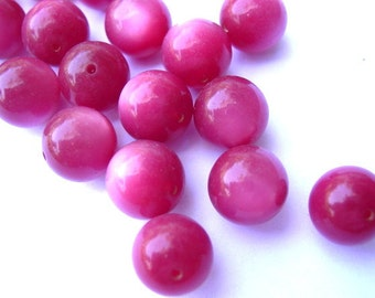 15 Vintage beads red shade round lucite plastic 11mm