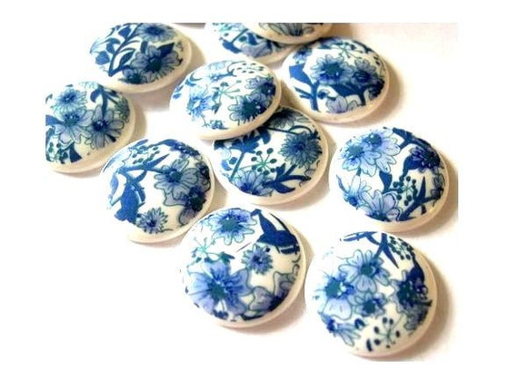 10 Vintage cabochon, lucite plastic floral ornament in blue on white 19mm