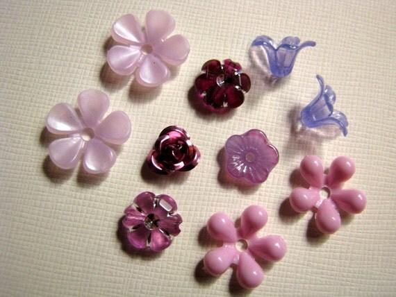 Vintage assortment of violet flower beads (10)