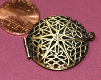 20 pcs of antiqued brass filigree Locket Charm Pendant 27x32mm