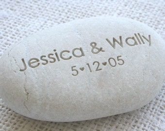 Oathing Stone with couple's names and date - Personalized wedding pebbles for engagement, wedding ceremony or anniversary