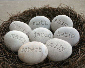 Personalized mothers gift nest - Mom's Nest (c) - Set of 8 name stones in bird nest