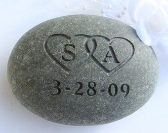 Personalized wedding, anniversary gift for couple - Interlocking Hearts with Initials - Custom Oathing Stone by sjEngraving