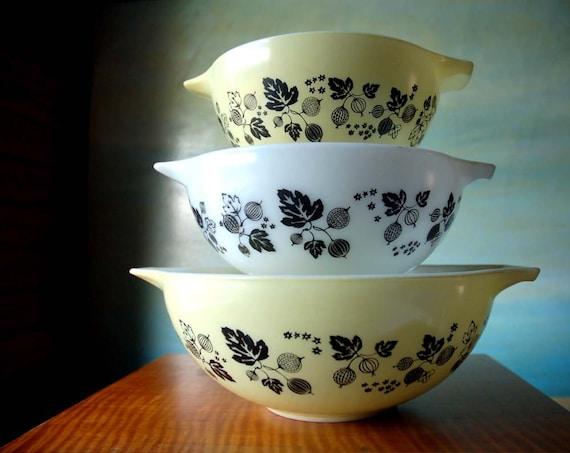 Vintage Gooseberry Pyrex Bowl Set in Yellow, White and Black