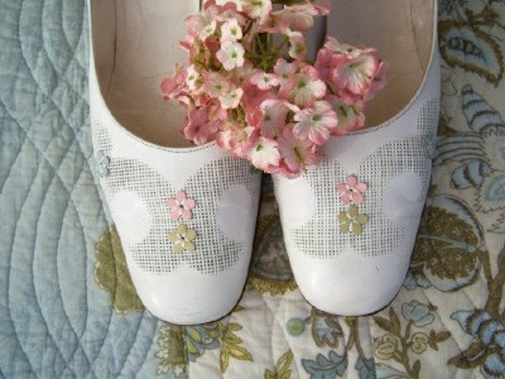 Spring Wedding \/ floral white leather pumps \/ 9