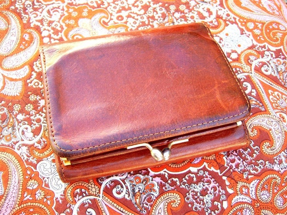 Vintage Coach French kiss-clasp wallet // whiskey distressed leather