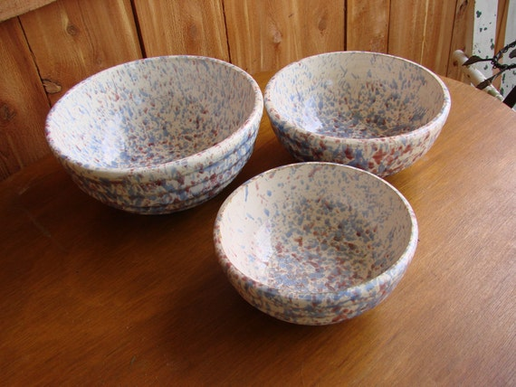 Set of 3 Vintage Pottery Spongewear Spatter Blue and Red Nestling Mixing Bowls
