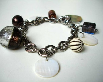 Charm bracelet with glass and mother of pearl