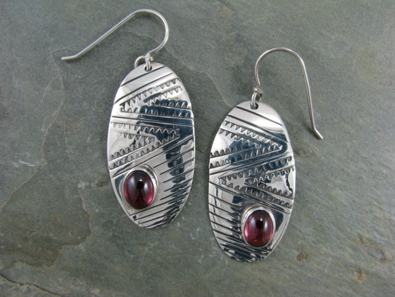 Large oval sawtooth pattern with oval garnet