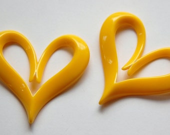 Vintage Italian Plastic Mod Yellow Heart Pendant pnd090