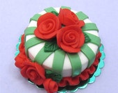 Dollhouse miniature cake food for dolls house red roses and green ribbons