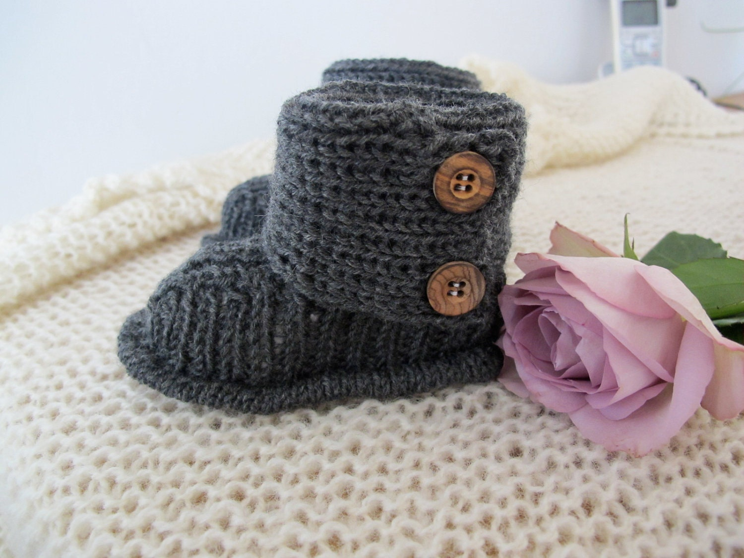 Girls Knitted Hat Pattern : Baby UGGs KNITTING PATTERN in English
