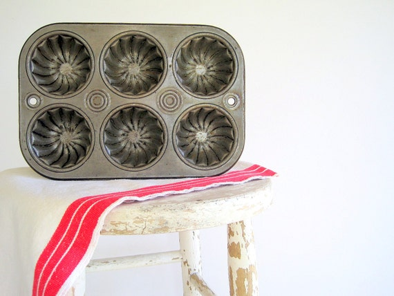 Vintage Baking Pan Antique Muffin Bundt Tin / Rustic Farmhouse Kitchen Decor / Organizing