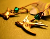 Lintu - Brass bird earrings with emerald swarovski detail