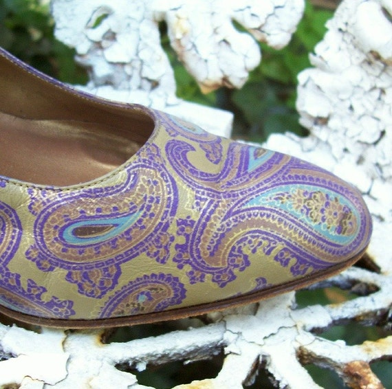 SALE size 7.5, vintage 1980s Italian Purple and Gold Paisley Pumps - leather high heel shoes