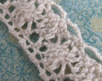 1 Yard of Cream Cluny Lace Trim Scalloped Bottom Edge 0.75 Inches Wide