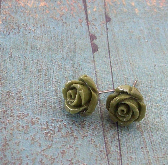 Petit Picnic little roses earstuds in olive green