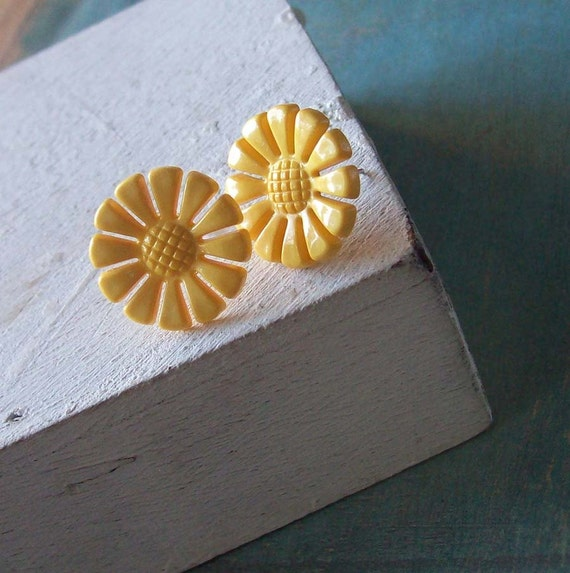Here comes de sun   yellow daisy earstuds