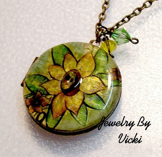 Golden Daizy Upcylced Vintage Locket