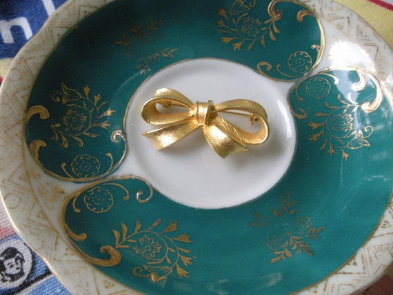 Vintage Gold Tone Bow Pin Brooch Costume Jewelry