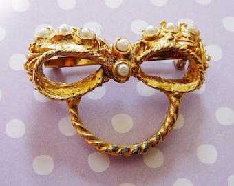 Vintage .. Brooch, Pearl brooch, Goldtone Bow pin, vintage wedding