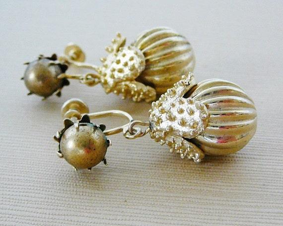 Vintage .. Earrings, Brass, Gold Ribbed Dangle Screw-back