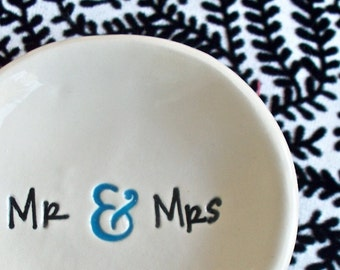 Mr and Mrs Ring Bowl - Ceramic Wedding Ring Dish - Just Married - Gift For Wedding Couple - Personalized Wedding Ring Bowl