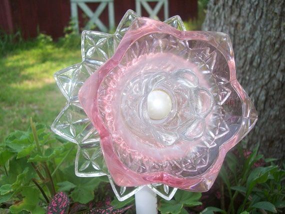 Recycled garden yard art glass flower pretty in pink for Recycled glass flowers