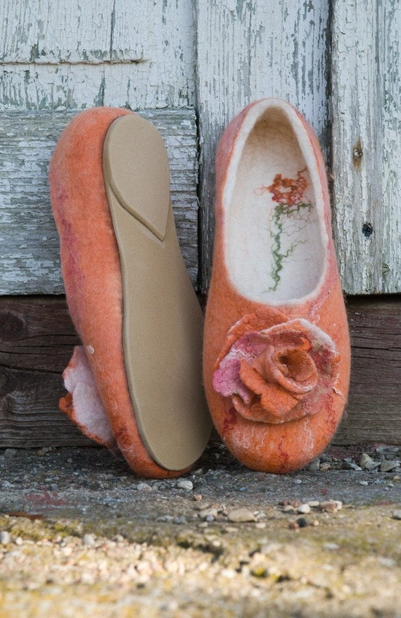 Felted slippers Orange and 2  roses brooch set. 7 US, 37 EU
