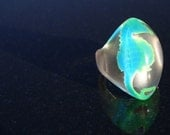 blue green seahorse swims in size 5.25 ring