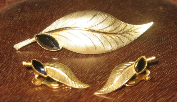 Exquisite Vintage Gold Tone Leaf Pin & Clip Earring Set With Faceted Marquis Hematite