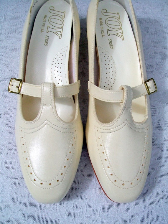1960s Mary Jane Buckle Shoe in Ivory NOS Size 8.5